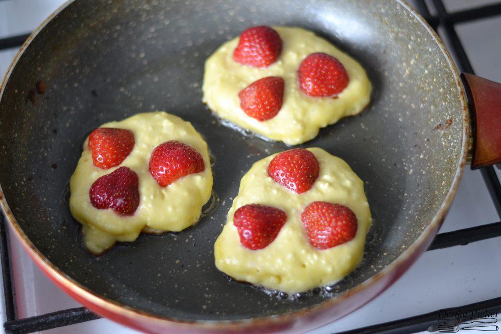 Twarogowe placuszki z truskawkami